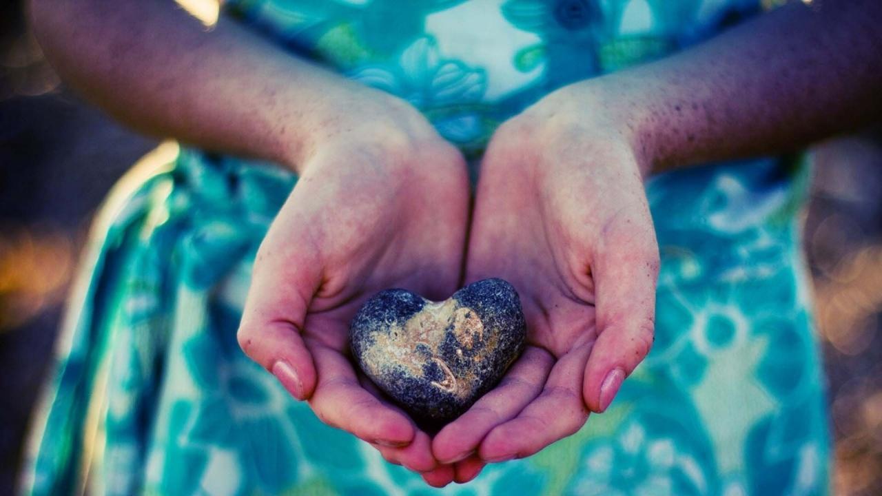 Сердце в ладошках  № 923345 загрузить